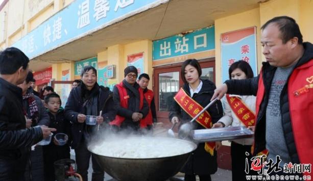 """沧州盐山青年志愿者""""暖心""""行动服务春运"""