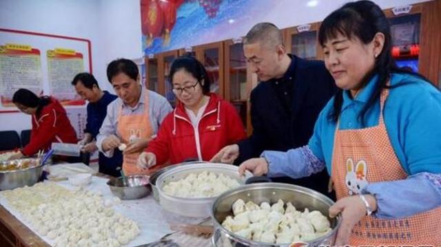 张家口宣化:爱心妈妈小厨房社区助残过大年