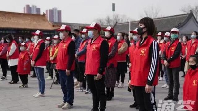 """志愿者街头倡导""""文明就餐"""" 沧州黄骅启动2020年文明餐桌行动"""