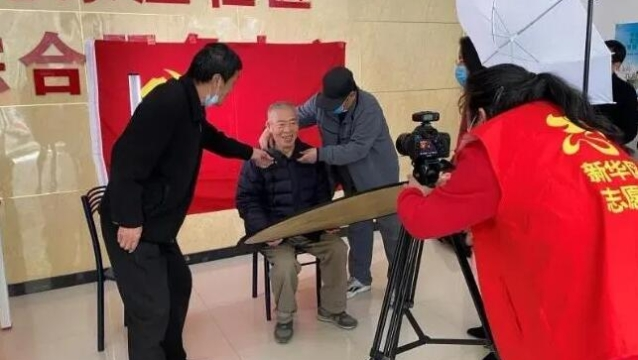 """石家庄:志愿者为213位党员拍下""""红色影像"""""""