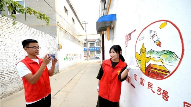 胡同漫画墙引领新时尚 邯郸邱县志愿者为社区绘制靓丽风景